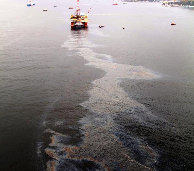 Imagem mostra mancha de óleo perto de plataforma na Baia de Guanabara